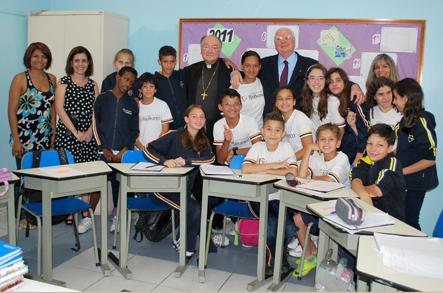 Visitantes com alunos surdos da Escola para Crianças Surdas