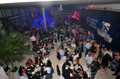 Diretores, colaboradores e rotarianos reuniram-se para comemorar o final de ano e os 65 anos da Fundação